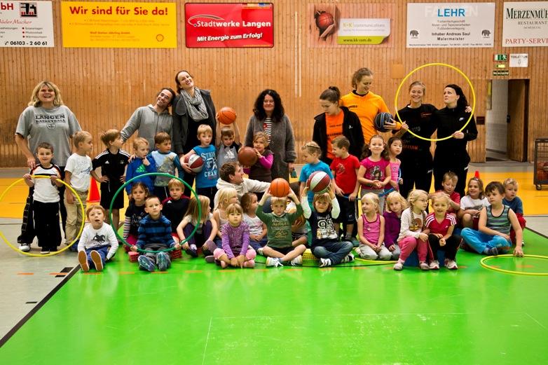 Gruppenfoto Rhein-Main-Baskets mit der Kita Langen-Steinberg
