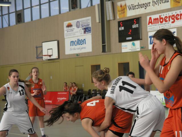 In orange: Monika Wotzlaw und Leah Niederhausen mit vollem Einsatz