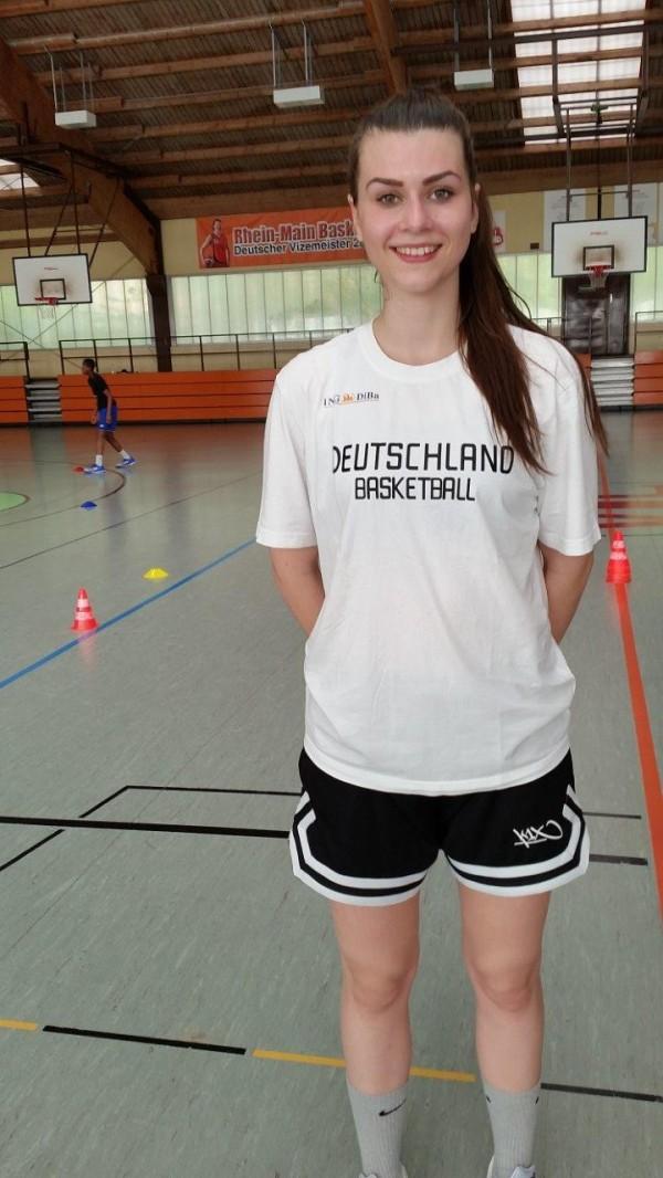 Die junge Langenerin trainiert auch im BTI im DBB-Trainings-Shirt
