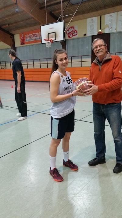 Foto BTI: Aus der Hand des BTI-Vorsitzenden Jochen Kühl wurde Monika Wotzlaw für ihren Sieg beim alljährlichen BTI-Freiwurfwettbewerb mit einem Ball-Präsent geehrt