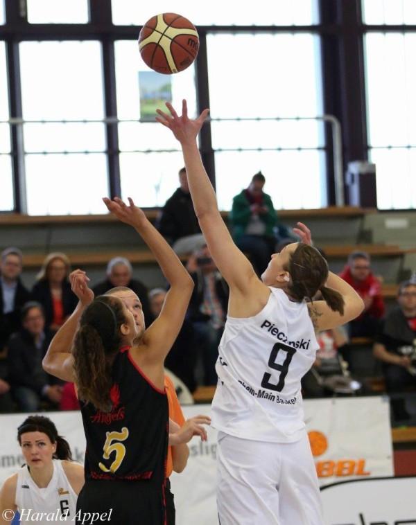 Francis holt wieder die Sprungbälle für ihre Baskets wie hier gegen Nördlingen; Foto Harald Appel