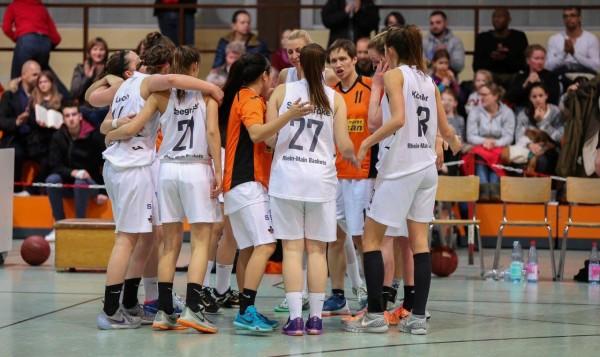 Verena Wilmes (Nr. 11) berät sich mit Anna Schlaefcke (27) und Alica Köhler (8); Foto:  Harald Appel