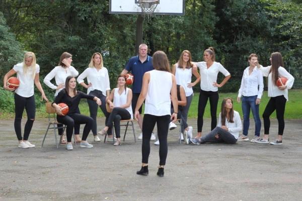 Das Team findet auch beim Foto-Termin langsam die richtige Aufstellung für die neue Saison; Foto: Erwin Schönwälder